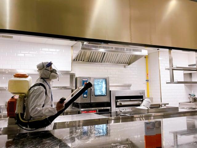連鎖餐飲龍頭王品集團26日在全臺172家門店(不含雙北、宜蘭)進行傾銷作業,聘請專業消毒團隊、將動員近350人次,仿照國軍化學兵的高規格作業,將餐廳內外環境徹底消毒。(王品集團提供)
