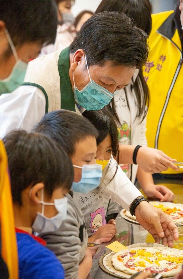 前立委鄭寶清與小朋友互動。