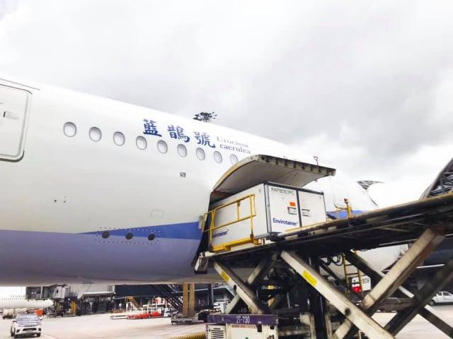 臺灣自購AZ疫苗27日再次到貨,蘇貞昌臉書貼出,華航班機在泰國將疫苗裝載上機照片。(蘇貞昌臉書)