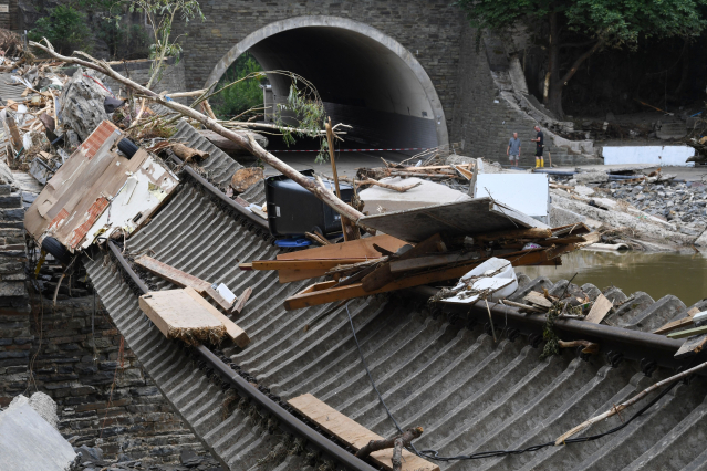圖為德國鐵路因水患災情而受損。(CHRISTOF STACHE/AFP via Getty Images)
