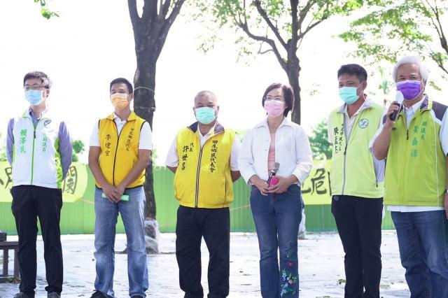 委陳素月率民意代表在公路花園抗議縣府府「擺爛」。(立委陳素月服務處提供)