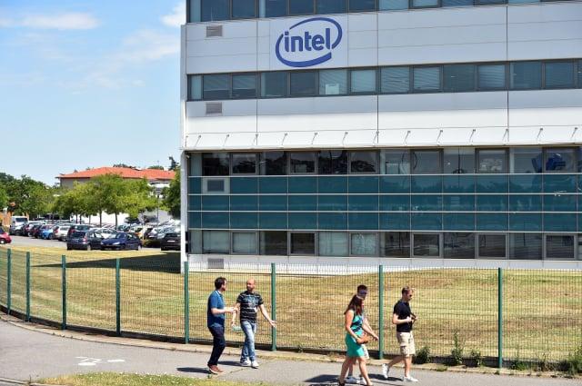 美國半導體龍頭英特爾(Intel)週一(7月26日)宣布,將開始為高通公司(Qualcomm)以及亞馬遜公司(Amazon)製造晶片。(REMY GABALDA/AFP via Getty Images)