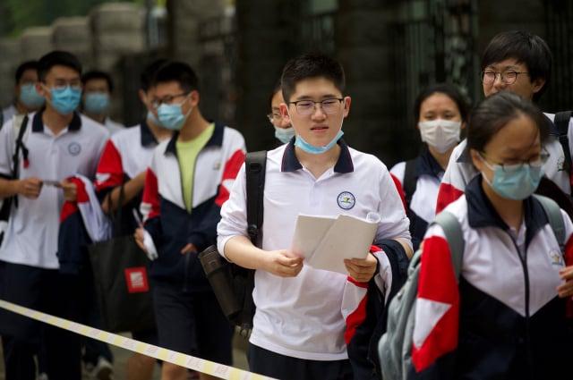 有家長稱,只要中國有考試制度,父母就不可能不給孩子補習。圖為參加考試的中國學生。(WANG ZHAO/AFP via Getty Images)