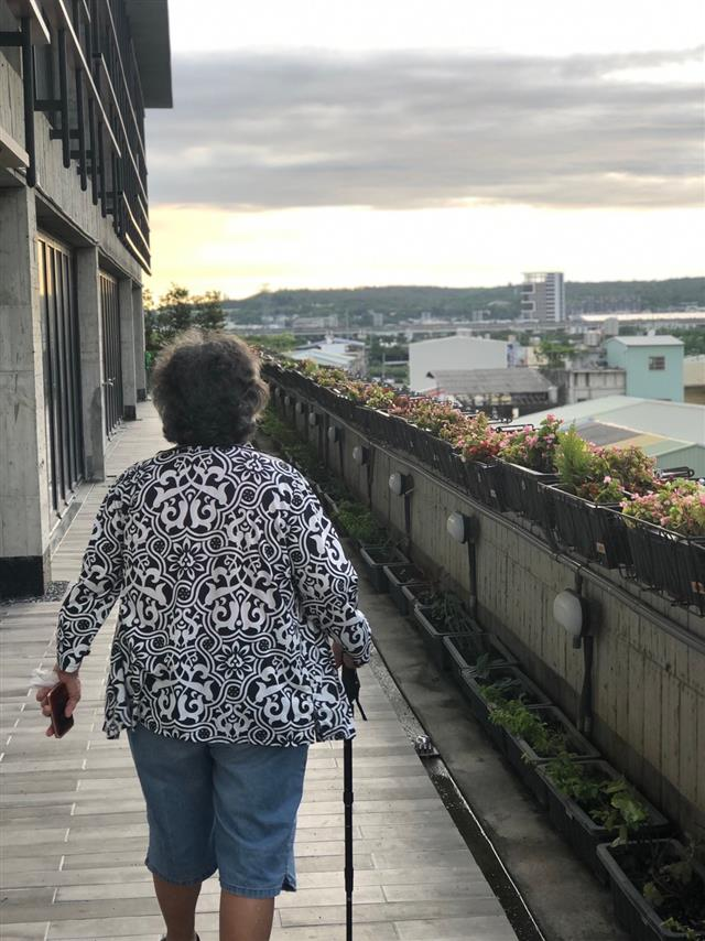 阿嬤在空中花園步道散步中。(合勤共生宅提供)