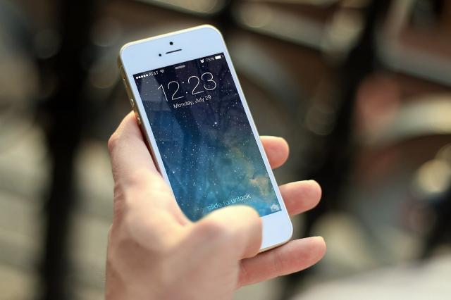 在炎熱的夏天使用iPhone手機,當心它因為過熱而故障。(Pixabay)