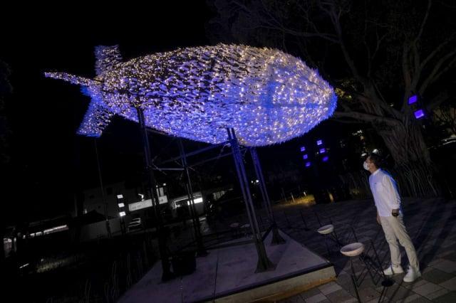 新竹市長林智堅特別公開3處打卡點,其中,由無數白色羽毛組成的「Big Bang大飛彈」,由台灣「有用主張UxU Studio」團隊設計,在藍色燈光襯托下,宛如是撞擊地面前一刻被凝結在空中,給民眾無限視覺衝擊。