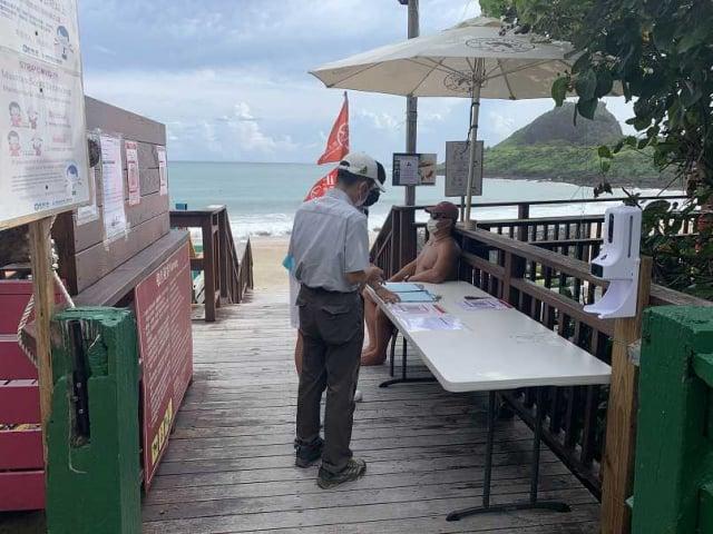 墾丁國家公園首波開放5處沙灘,開放的小灣沙灘採單一入口,民眾進入須量測體溫、消毒並完成實聯制登記。(墾管處提供)