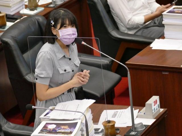 高雄市議員鄭孟洳要求市府通盤檢討基層選手照顧和補助辦法。(高雄市議會民進黨團提供)