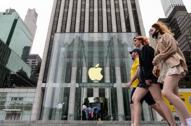 蘋果公司(Apple)7月27日發布第三季獲利,主力產品iPhone的營業額較去年同期激增近50%。圖為紐約的蘋果門市。(ANGELA WEISS/AFP via Getty Images)