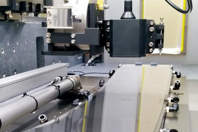 工研院研發團隊利用雷射3D掃描感測器的科專研發成果,順利協助盟立完成「車載3D曲面儀表玻璃量測技術」。(工研院提供)