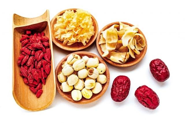中醫在更年期的用藥治療上,「滋陰潤燥」的藥材調理之外,也可以通過日常保健,緩解更年期的不適症狀。(Shutterstock)