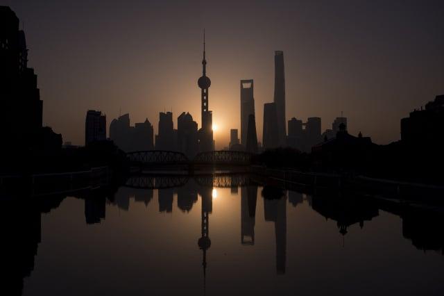 上海傳出確診新冠病毒患者滯留過的酒店、餐館等被關閉。圖為上海一景。(JOHANNES EISELE/AFP via Getty Images)