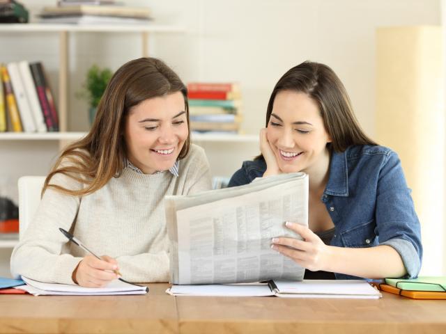 一份報紙、一份單純的陪伴,養成孩子終身閱讀的習慣,累積的資產遠勝過金錢。(123RF)