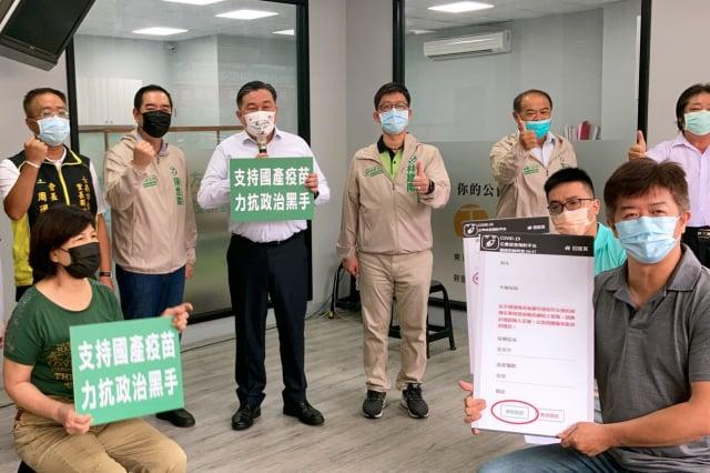 挺國產疫苗,立委王定宇(後左3)記者會,以具體行動支持台灣生技,遏止對國產疫苗不實抹黑的決心。(王定宇服務處提供)