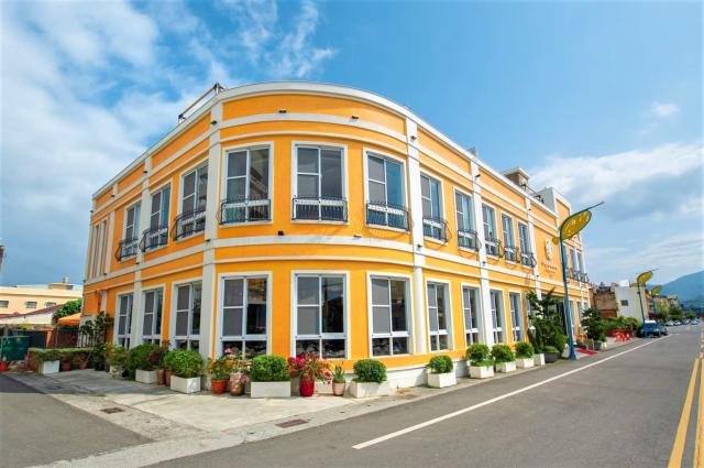 坐落在中興、沿海路口的阿達漁港餐廳,是飄香50年的在地老字號,醒目大器的橘黃亮彩召喚著四方饕客。