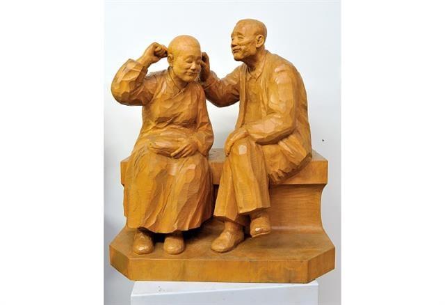 2000 老伴- 旅途 木雕62x52x32cm。(陳正雄提供)