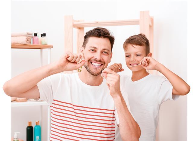每天必須使用齒縫刷或牙線來清潔牙齒。定期清潔牙齒有助於預防蛀牙和牙齦疾病,並有效去除牙菌斑。( Shutterstock_大紀元)