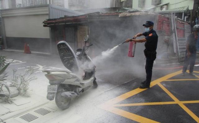 機車冒煙車主嚇傻,平鎮警急撲滅幸未釀災。