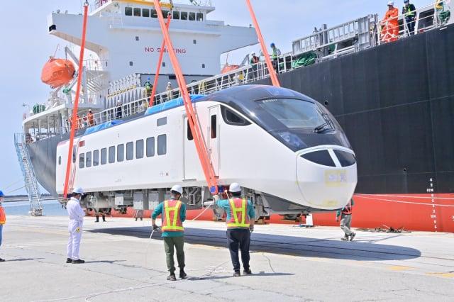 台鐵新採購EMU3000型城際列車7月30日抵達台灣花蓮港。(立法委員劉櫂豪提供)