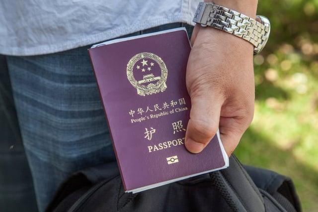 中國2021年上半年簽發普通護照大減98%,民眾反映出境受到限制。(Omar Havana/Getty Images)