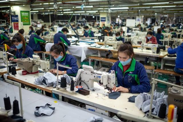 早期臺商去東南亞投資,以勞力密集產業為主。(Linh Pham/Getty Images)