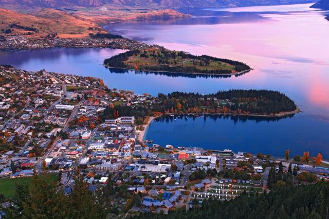 英國的新研究發現,紐西蘭是在遭逢重大衝擊時,最適合人類生存的地方。圖為紐西蘭皇后鎮市中心與瓦卡蒂普湖。(Shutterstock)