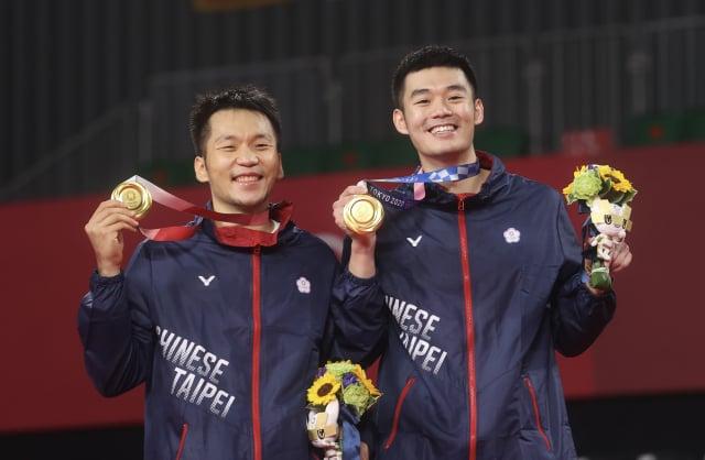 東京奧運羽球男子雙打金牌戰8月31日晚間進行,臺灣好手李洋(左)、王齊麟(右)成功為臺灣拿下奧運羽球史上首金。 (中央社)