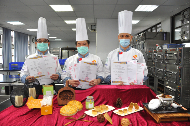 2021第十七屆國際養生美食大賽(防疫養生盃)線上賽,中州科技大學餐飲廚藝系賴瑞榮(左起)、陳德勝、童富源三位老師勇奪四金二銀佳績。(中州科大提供)