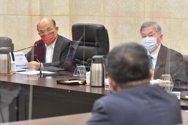 行政院長蘇貞昌(左)2日召開擴大防疫會議。(行政院提供)
