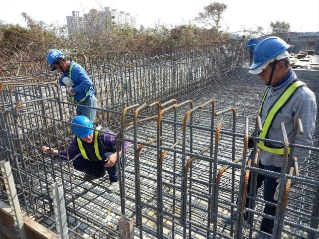 1111人力銀行指出,不動產交易熱度導致產業鏈的人才需求上揚,具備建築專業的土木技師、結構技師,更為工程界不可或缺的人才類型。(高雄市政府捷運工程局提供)