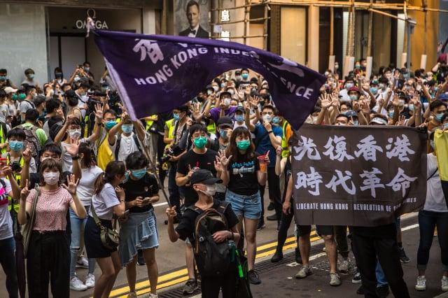 圖為上街抗議《港版國安法》的香港民眾。(DALE DE LA REY/AFP via Getty Images)