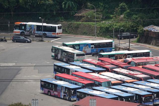 勞動部2日公布最新無薪假統計,這期實施人數達5.6萬人,本期有單一市區公車業者增加1千人較為顯著。圖非當事業者。 (中央社)