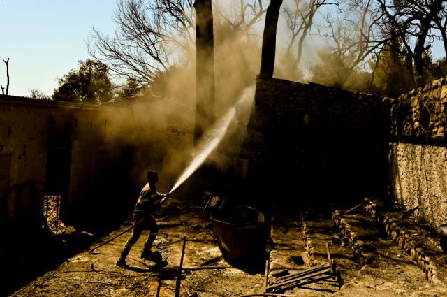 8月1日,一名消防員在希臘Lambiri村莊附近救火。(Milos Bicanski/Getty Images)