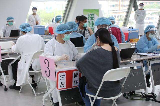 高市府8月2日在大東文化藝術中心設置疫苗接種站持續提供服務。(高市府提供)