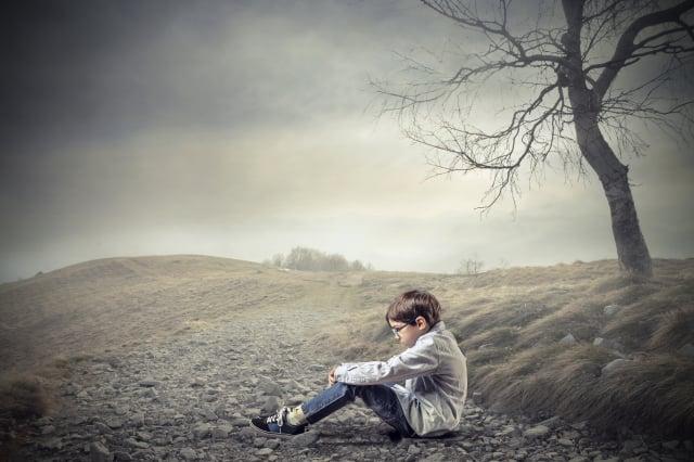 疫情停課讓孩童悶在家,隨著時間拉長也感到越來越孤單。圖為示意圖。(shutterstock)