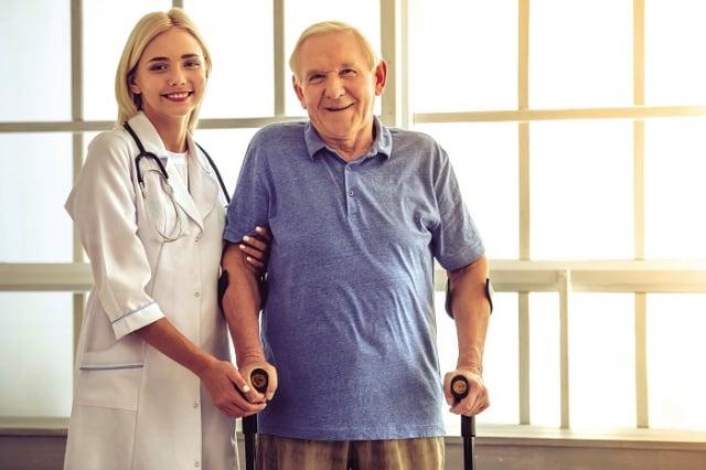 老年人常見有下肢關節退化、肌肉萎縮無力、中樞神經系統或內耳病灶等原因導致容易跌倒,為此提出下列三個預防措施,可以幫助老年人降低跌倒以致骨折的風險。(123RF)