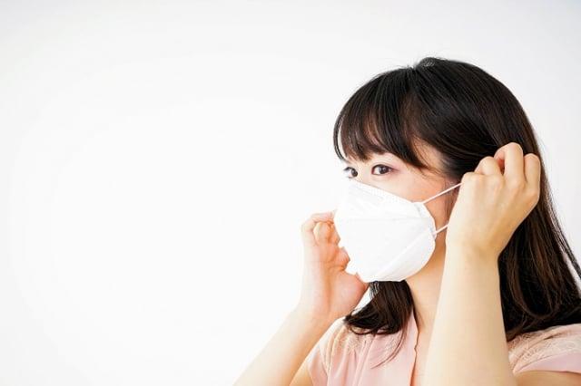 有些人長時間戴口罩出現臉部過敏等不適現象,該如何改善呢?衛福部食品藥物管理署邀請皮膚科醫師趙昭明為民眾解惑。(123RF)
