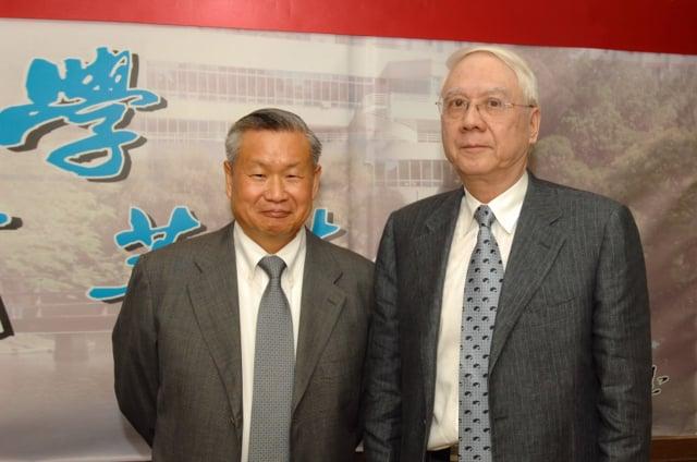 清華大學前校長劉炯朗(右)風趣幽默、博學多聞,是旺宏電子董事長吳敏求(左)非常敬重的學長。(清華大學提供)