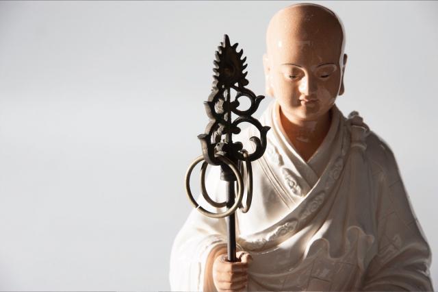 從手舞金箍棒的齊天大聖到「地獄不空,誓不成佛」的地藏王菩薩純白作品,只要一有展出,總能吸引老中青民眾駐足圍觀。(「吳榮交趾陶藝術」粉專提供)