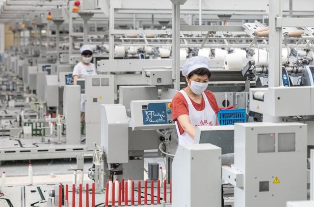 中共5月要求國企提高國產品的購買量,此舉涉嫌違背世貿協定及美中第一階段貿易協定。圖為中國的工廠。(STR/AFP via Getty Images)