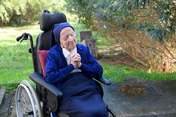 安德瑞修女(Sister André)是當今在世第二長壽的超級人瑞,她在確診後從容擊退病毒。(NICOLAS TUCAT/AFP via Getty Images)