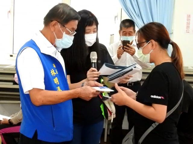 南投縣長林明溱(左)親自發放急難救助金給疫情受害邊緣戶每人萬元。
