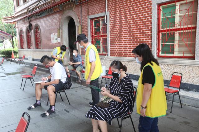 民眾在高市內門紫竹寺接種疫苗。(高市府提供)