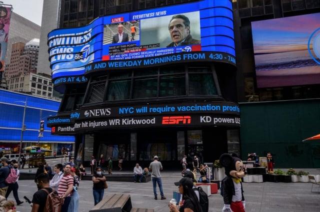 紐約州檢方調查顯示,紐約州州長古莫對數名女性性騷擾。圖為8月3日,紐約時代廣場電視牆上的古莫畫面。(ED JONES/AFP via Getty Images)