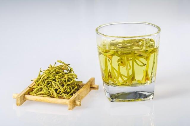 坊間還能見到一種名為「山銀花」的中藥材。開花後的金銀花可以用來萃取其花露,其金銀花露對於暑熱煩渴,或是咽喉腫痛,皆有不錯的功效。主要用來煮涼茶。(123RF)