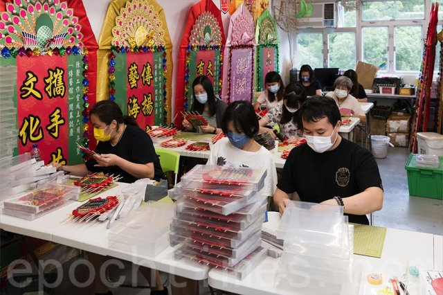 花牌製作的義工們來自各行各業。