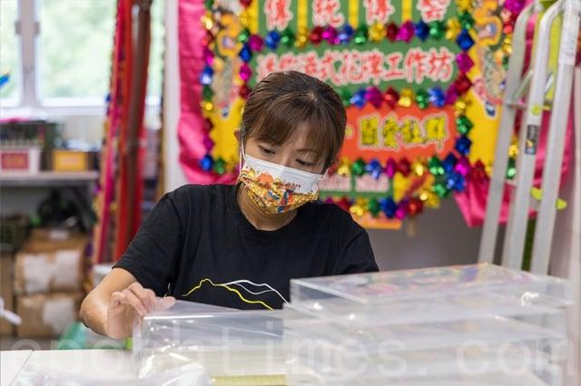 前香港公共醫療醫生協會會長馬仲儀也參與今次的花牌製作,她負責最後一個裝盒的步驟。