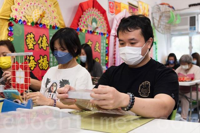從事餐飲行業夫婦的Sky(右)和Sze今次參與送花牌活動,他們都非常關心台灣的疫情和醫護人員的工作情況。