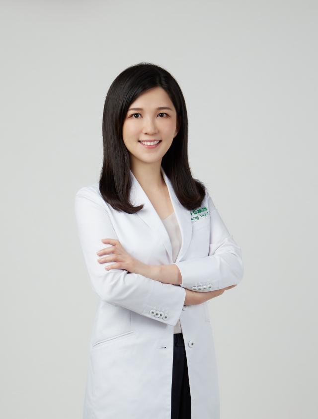 皮膚科醫師黃毓雅表示,近期門診有民眾因疫情壓力而產生頭皮困擾及落髮症狀。(AROMASE艾瑪絲提供)
