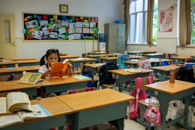 上海市教委日前發布文件,把「習思想」等納入必修課。示意圖。(CHANDAN KHANNA/AFP via Getty Images)